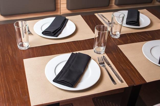 Serveren op de tafel met servetten