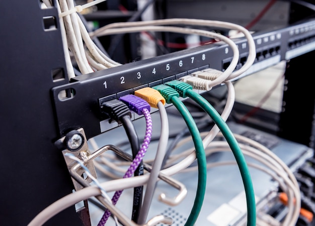 Serverruimte met computers voor internet. netwerkkabels aangesloten op schakelaars.