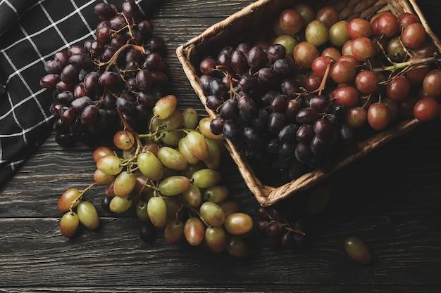 Servet en mand met rijpe druif op houten