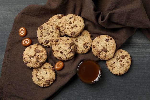 Servet met koekjes en karamel op donkere houten