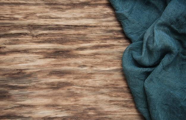 Servet op een oude houten tafel