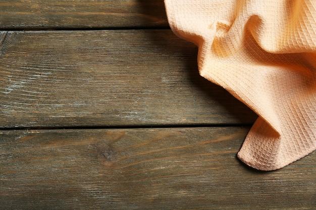 Servet op houten tafel