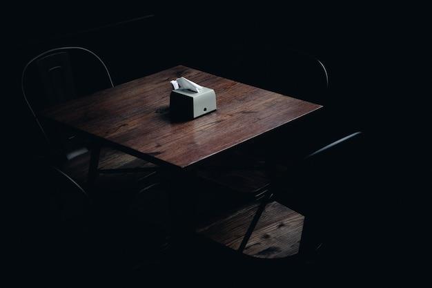 Servetten op een tafel in een donkere kamer