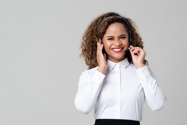 Service minded african american vrouw draagt een koptelefoon als een call center personeel