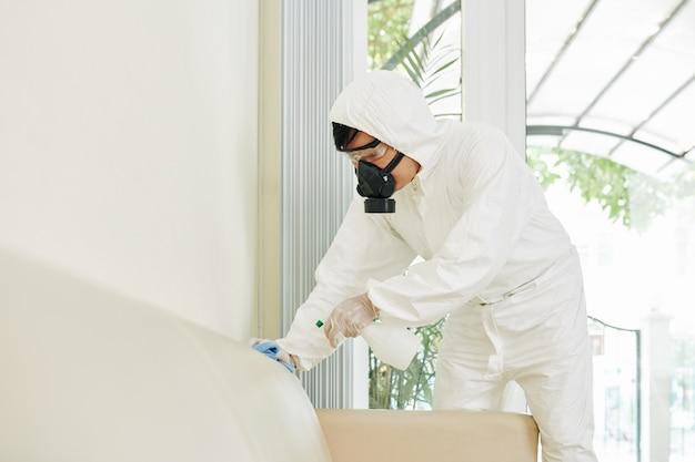 Servicemedewerker die alle oppervlakken reinigt