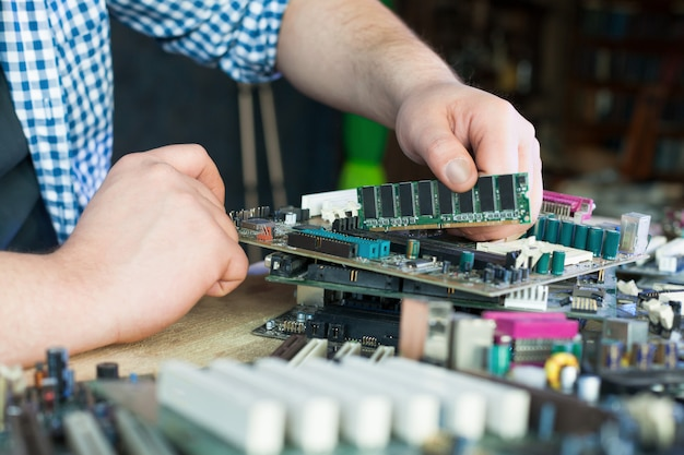 Servicemonteur werken met het moederbord van de computer