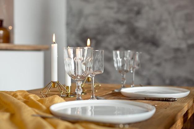 Servies en kaarsen op een tafel