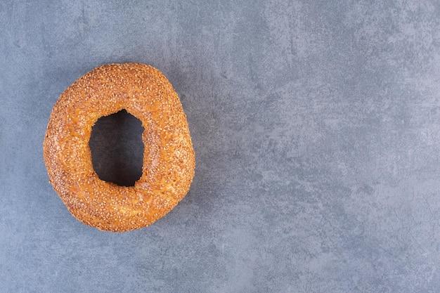 Sesam gecoate bagel op marmeren achtergrond. hoge kwaliteit foto