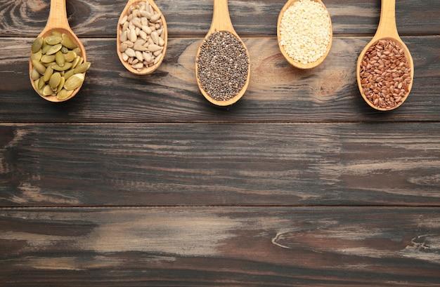 Sesam, pompoenpitten, zonnebloempitten, lijnzaad en chia op bruin