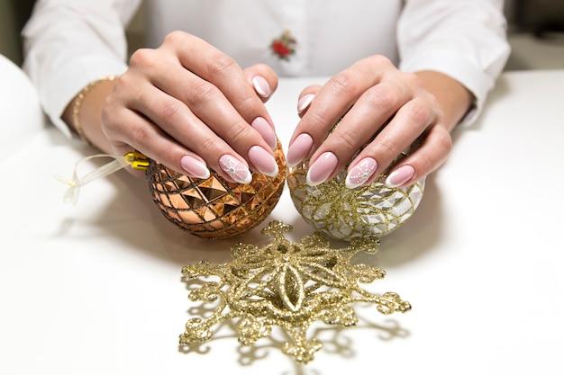 Sessie van de manicure in de schoonheidssalon.