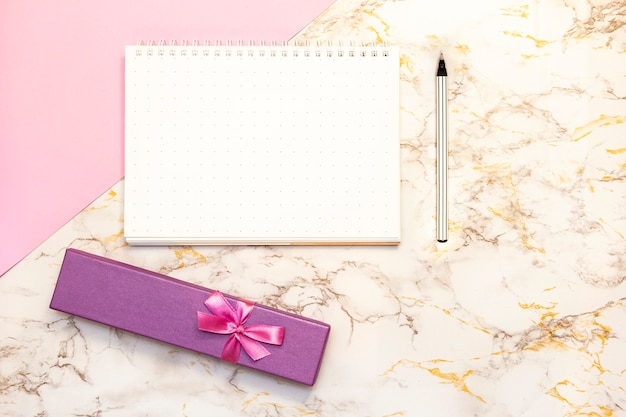 Set accessoires bureau voor vrouwen - notebook met pen, vak geschenken, bloem, bovenaanzicht