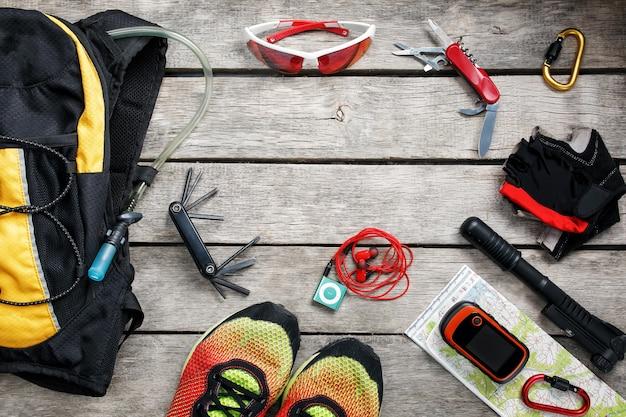 Set accessoires voor fietsen op houten achtergrond