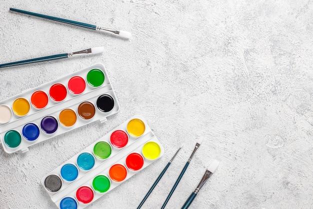 Set aquarel verf en verfborstels om te schilderen.