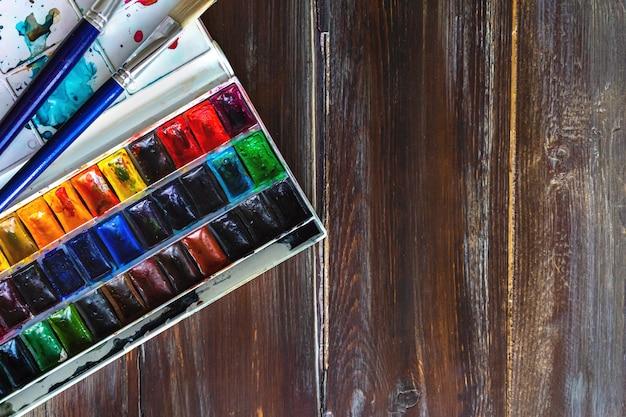 Set aquarel verven en penselen voor het schilderen