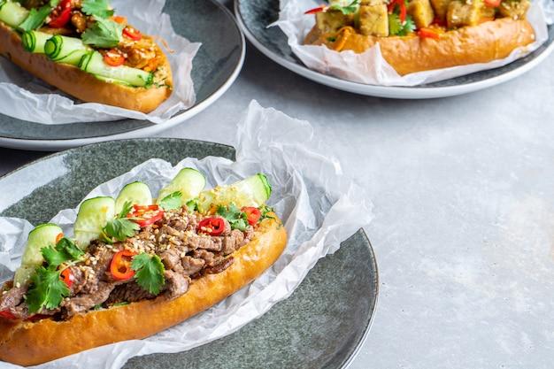 Set banh-mi sandwich met zoetzure kip, kalfsvlees, tofu, peterselie, komkommer en spaanse peper