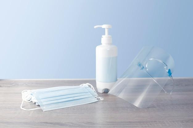 Set beschermingsmiddelen voor infectieziekten, zoals een wegwerpmasker, alcoholdesinfecterend middel, gelaatsscherm