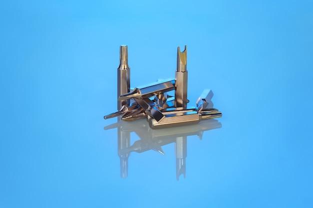 Set bits voor schroevendraaier of boor met reflectie op blauwe achtergrond