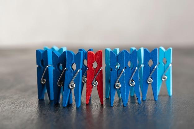 Set blauwe wasknijpers en rode wasknijper op zwarte ondergrond