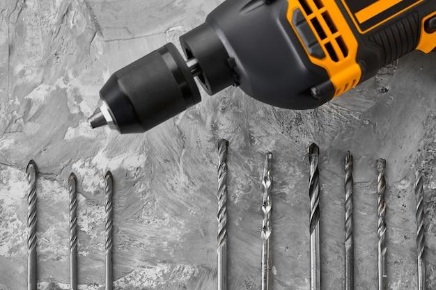 Set boorders en elektrische boor. professioneel instrument, bouwersuitrusting, boorgereedschap