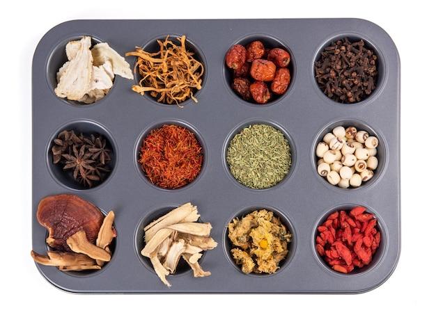 Set collectie kruidnagel, anijs, zoethout, chrysanthemum, lingzhi mushroom, jujube, goji, saffloer