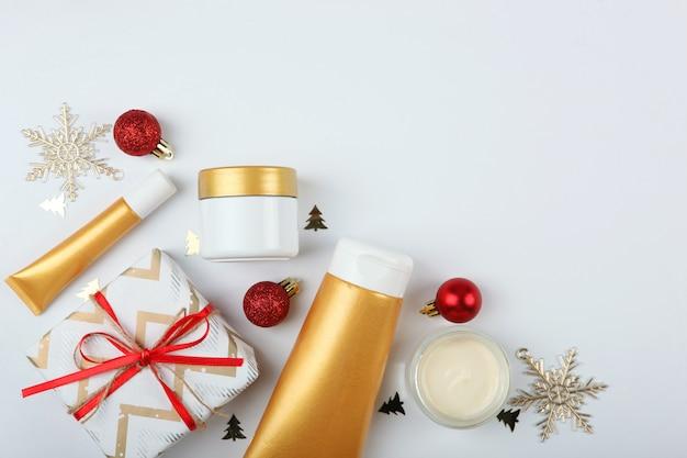 Set cosmetica en kerstdecor een set verzorgingscosmetica voor het lichaam