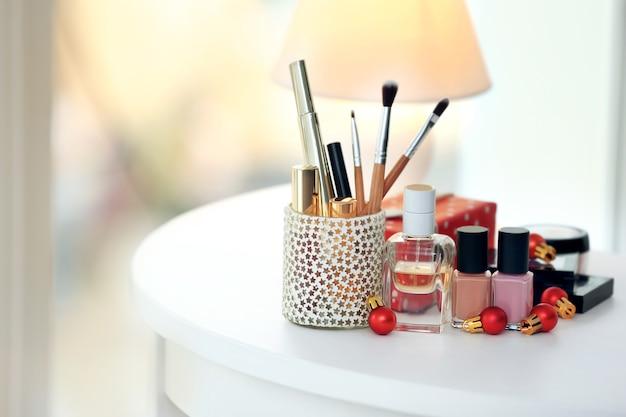Set cosmetica op witte tafel tegen licht wazig oppervlak, close-up weergave