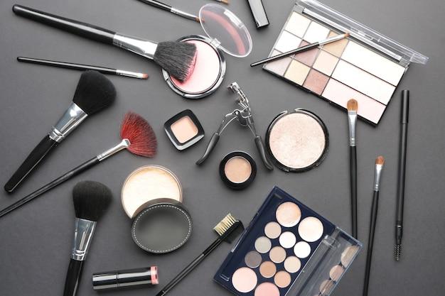 Set decoratieve cosmetica op donkere ondergrond
