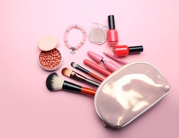 Set decoratieve cosmetica op lichte kleurmuur