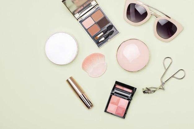 Set decoratieve cosmetische producten op kleur achtergrond
