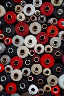 Set draden verschillende kleuren naaien handwerk verschillende veelkleurige palet warm rood zwart felle schaduw grijs rood wit