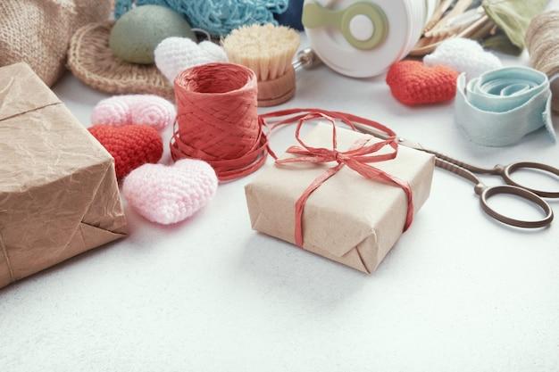 Set eco-cadeautjes op tafel gelegd. nul afval cadeau verpakt in papier.