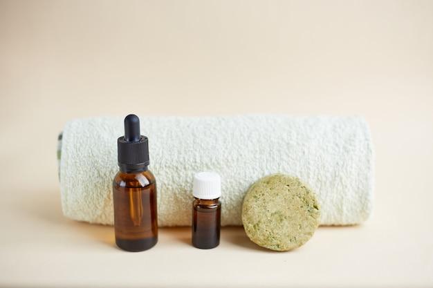 Set eco haarverzorgingsproducten. vaste shampoo, etherische olie en olie voor haar. biologische cosmetica. geen afval, plasticvrij.