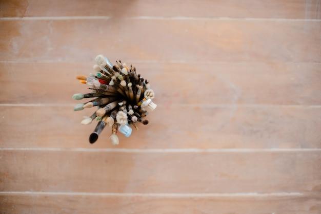 Set gebruikte kunstborstels op licht houten