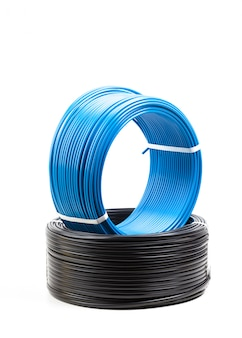 Set gekleurde elektrische kabel op wit