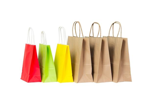 Set gekleurde en bruine papieren boodschappentassen geïsoleerd.