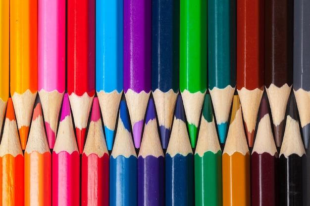 Set gekleurde pastel potloden in rij multi kleur in de vorm van een gesloten rits