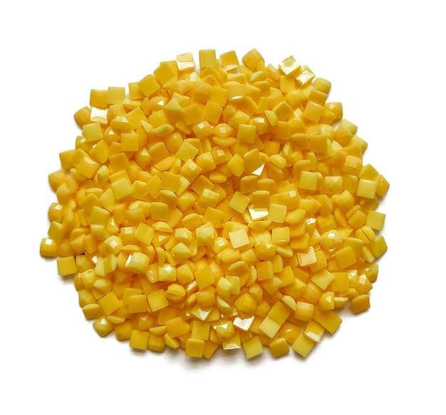 Set gele diamanten voor diamant borduurwerk geïsoleerd op een witte achtergrond. hobby's en doe-het-zelf, materialen voor het maken van diamantborduurwerk.