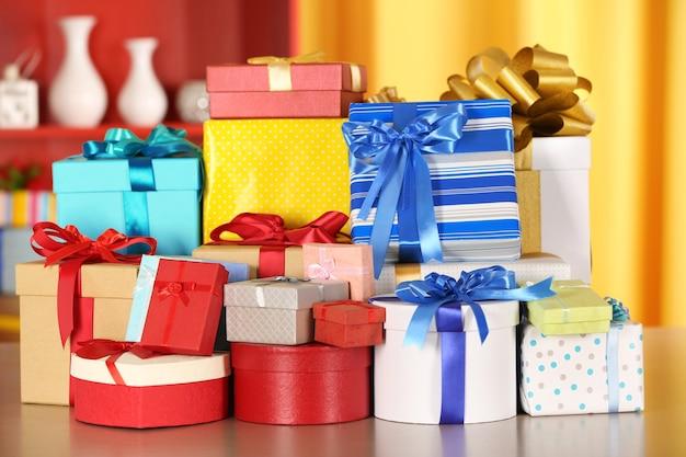 Set geschenkdozen op gekleurde achtergrond