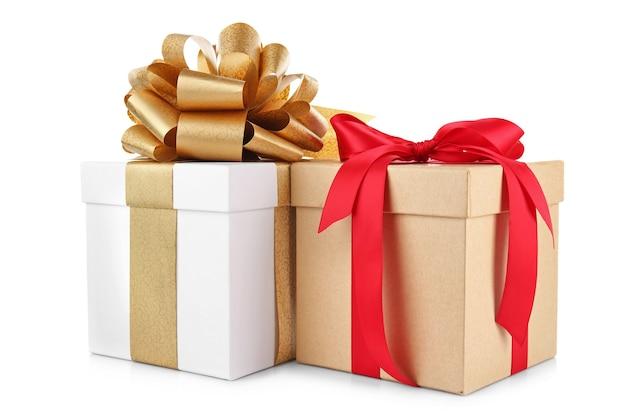 Set geschenkdozen op witte muur