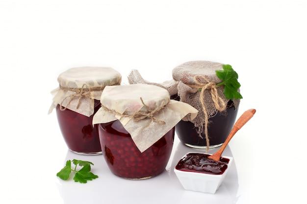 Set glazen potten met zelfgemaakte jam