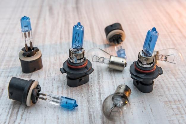Set gloeilampen voor autolampen op wit houten bureau. moderne technologie gloeilampen voor reparatie vechile. lichte apparatuur