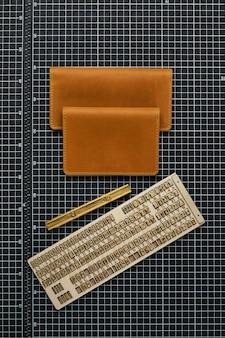 Set handgemaakte lederwaren, sleutelhangers, portemonnee, portemonnee, notitieblok, handboek. handgemaakte lederwaren, close-up.