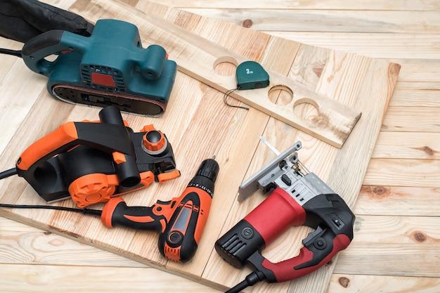 Set handgereedschap voor houtbewerking voor houtbewerking en werkstuk