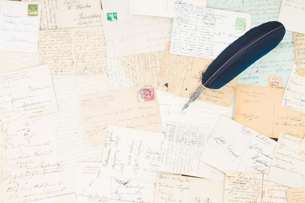 Set handgeschreven antieke brieven met blauwe veren pen vintage achtergrond