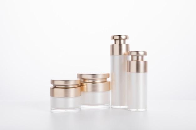Set huidverzorging flessen en containers geïsoleerd op een witte achtergrond