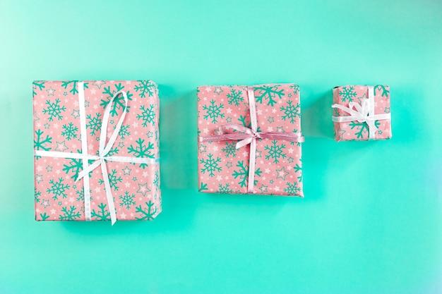 Set kerstdozen met linten en illustraties vol cadeautjes.