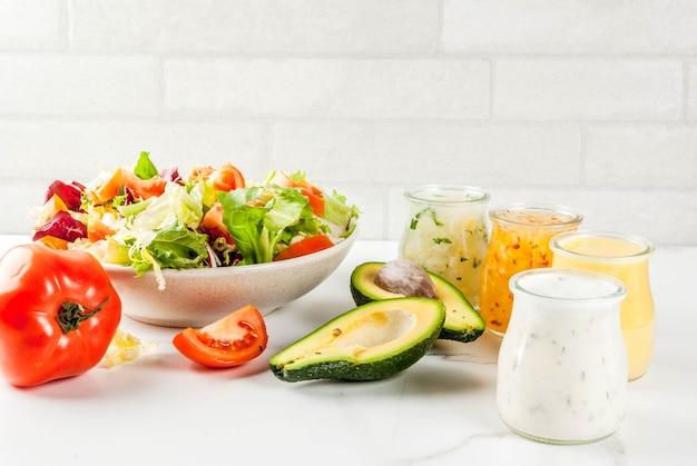 Set klassieke saladedressings - honingmosterd, ranch, vinaigrette, citroen en olijfolie