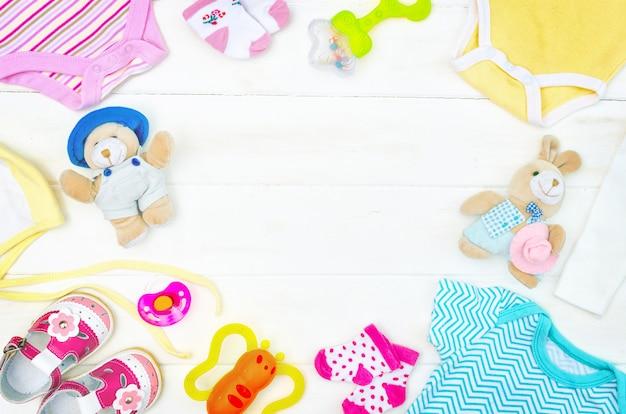 Set kleding en items voor een pasgeboren baby aan boord geplaatst