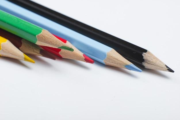 Set kleurpotloden geïsoleerd op wit