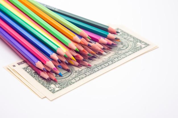 Set kleurpotloden om op een dollarachtergrond te tekenen. verkoop & marketing